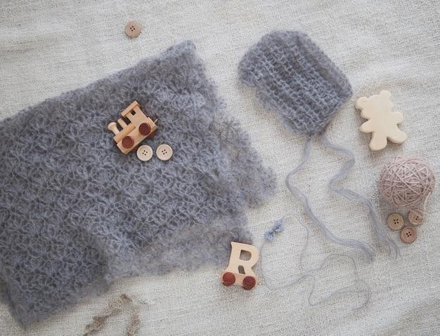 かぎ針編みのベビーグレーの帽子とスカーフ