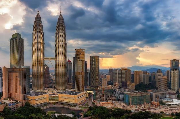 嵐の前にクアラルンプール、マレーシアの街のスカイライン