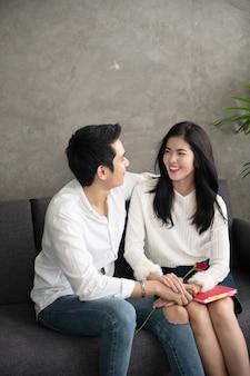 恋に若いカップルは大晦日や聖バレンタインの日に楽しい時を過す
