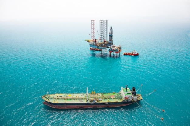 湾岸の油タンカーと石油リグ