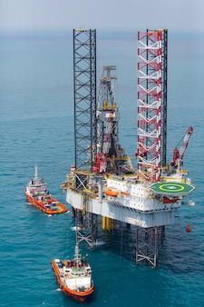 Морская платформа нефтяных вышек в заливе с высоты птичьего полета.