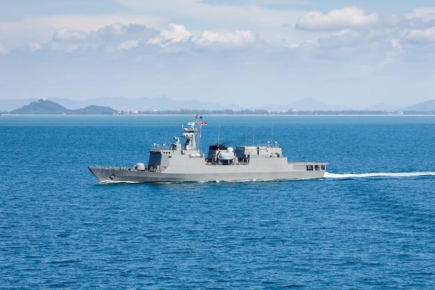 ヘリコプターから海湾ビューで軍の海軍船
