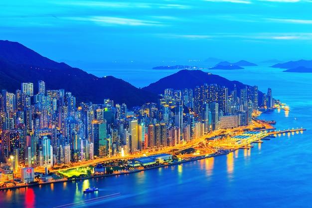 山、香港、中国の上に視点から街の夜