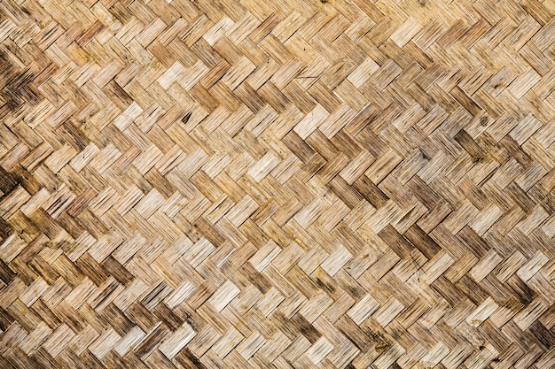 背景に竹を織ったマットを織り