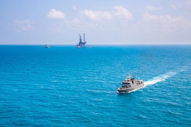 ヘリコプターからの海の湾の眺めの軍事海軍船