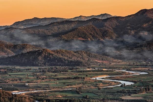 コック川と山の背景を持つタイ北部のチェンマイの風景