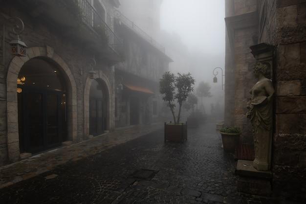霧の中の村の古い建物