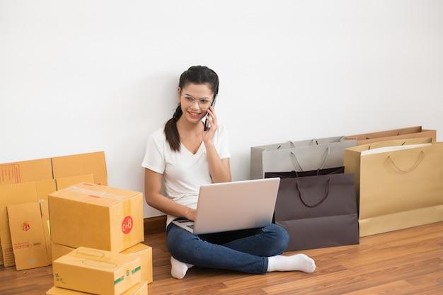 Запуск малого бизнеса, малого и среднего бизнеса, образ жизни молодого предпринимателя, использующего ноутбук для онлайн-бизнеса