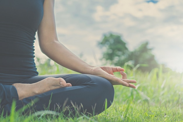Женщина йога расслабляется на природе.
