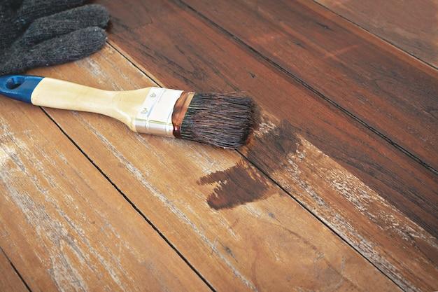絵筆と手袋を木製のテーブルに置きます。