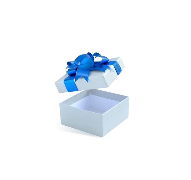 Пустая открытая подарочная коробка с бантом и лентой синего цвета на белом фоне
