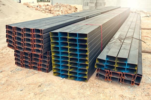 建設現場に赤色の鋼鉄梁。