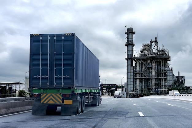 コンテナと高速道路上のトラック。