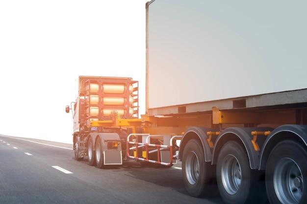 コンテナ付き高速道路上のトラック
