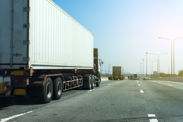 Белый грузовик на шоссе дорога с контейнером, импорт, экспорт логистика промышленный транспорт транспорт