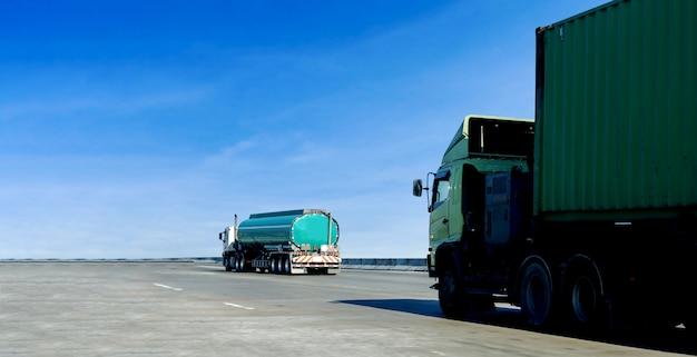高速道路の道路コンテナー上のガスや石油のトラック