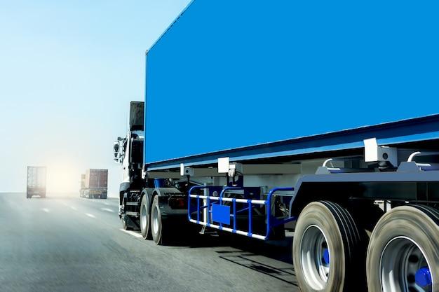 コンテナーと高速道路道路上のトラック