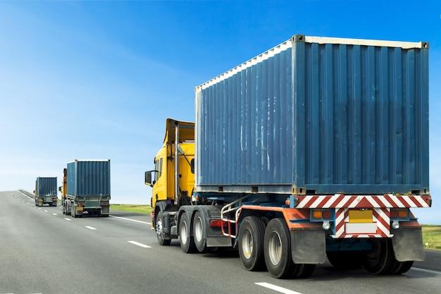 青いコンテナーで道路上のトラック、高速道路での輸送
