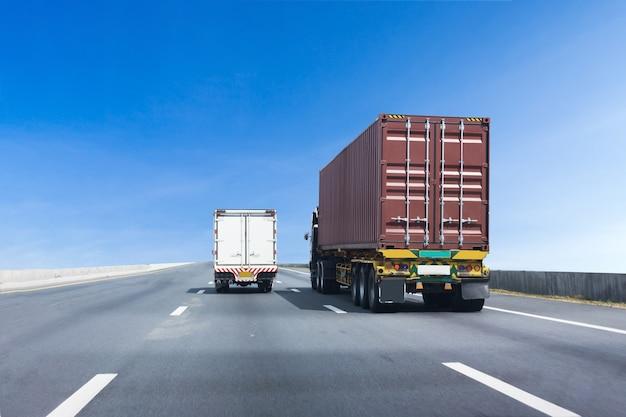 Грузовик на шоссе с красным контейнером, импорт, экспорт логистического транспорта