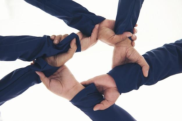 一緒に白で隔離される手のチームワークの協調リング。
