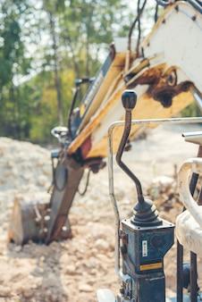 ローダーバックホー建設現場での掘削機の作業