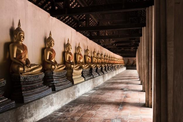アユタヤ、タイのプタイサワン寺院で仏像
