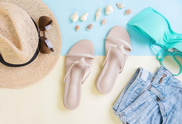 カジュアルな婦人服休暇、旅行のコンセプト。トップビュー、コピースペース