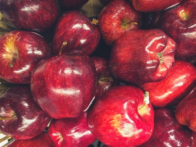 市場のカウンターの上のリンゴ
