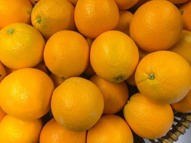 市場のバスケットのカウンターに多くのオレンジ
