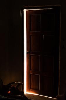 開いたドアから漏れる明るく暖かい光