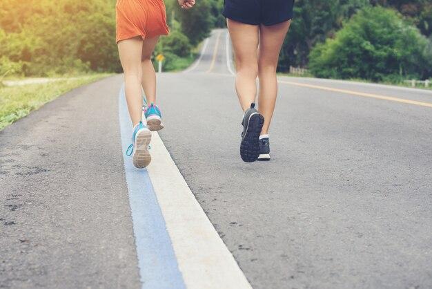 母国と彼女の娘は、田舎のタイで道路上を走っている