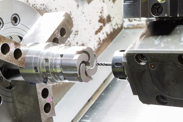 ダイカスト機械部品を加工するオペレータ