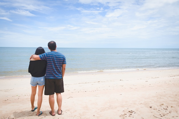 カップルの恋人の首と海を見ています。未来のコンセプトに目を向けてください。旅行のコンセプト。コンセプトをリラックスします。コピースペース。