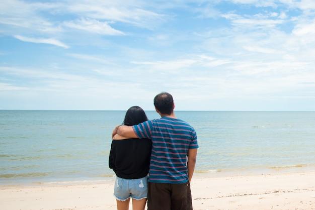 カップルの恋人の首と海を見ています。未来のコンセプトに目を向けてください。旅行のコンセプト。リラックスして休日の概念。コピースペース。