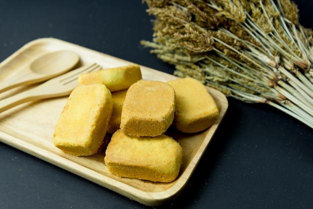 パイナップルショートケーキまたはパイナップルペストリーパイケーキと木製トレイにパイナップルジャム。バターを含む甘い伝統的な台湾のペストリー。フルーツ。デザート。