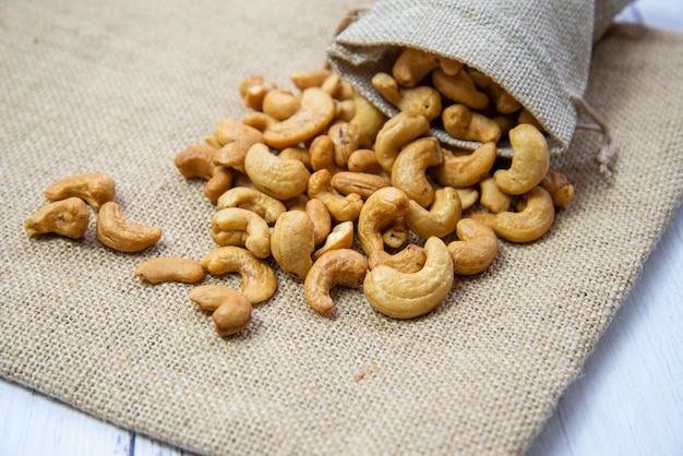 黄麻布の袋にローストしたカシューナッツ