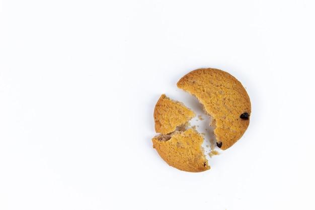 ビスケットが粉々になったり、白で隔離オートミールクッキー