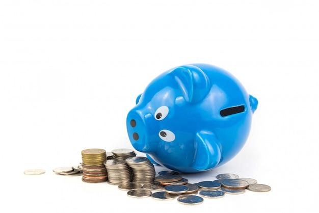 コインで貯金は白い背景の上に山積みします。