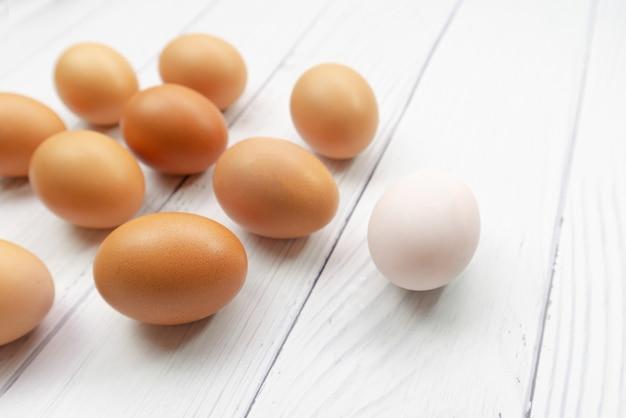 茶色の卵と白は精子が女性の卵巣に向かって泳いでいるように見えます