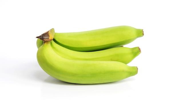 Зеленый банан на белом фоне.