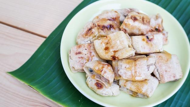 バナナのグリルとバナナの葉の甘いトッピング(タイのデザート)。