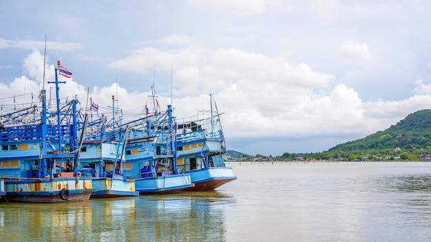 Синяя рыбацкая лодка в море.