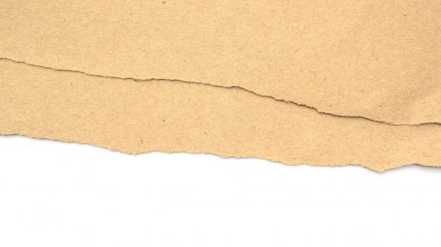 茶色の紙は白い背景の上の涙でした。