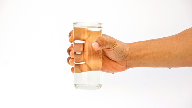 白い背景の上に水の入ったグラスを持って男。