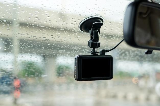 フロントガラスに取り付けられた車のカメラ。