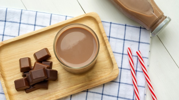 白い木製のテーブルの上のチョコレートミルク