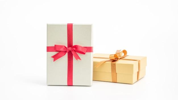 Подарочная коробка серебра и золота на белой предпосылке.