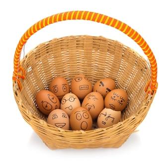 かごの中の卵の顔。孤児捨てられた