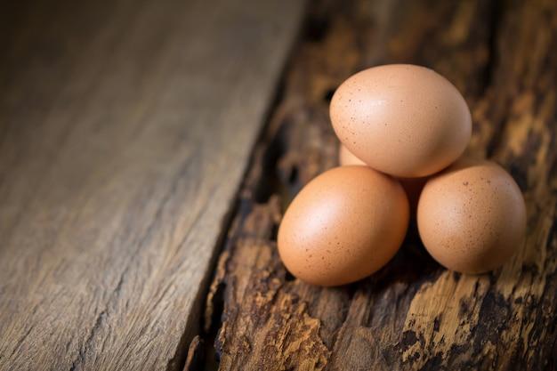 木製のテーブル背景に卵のクローズアップ