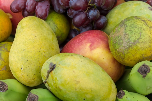 Фрукты в корзине. тропический фрукт